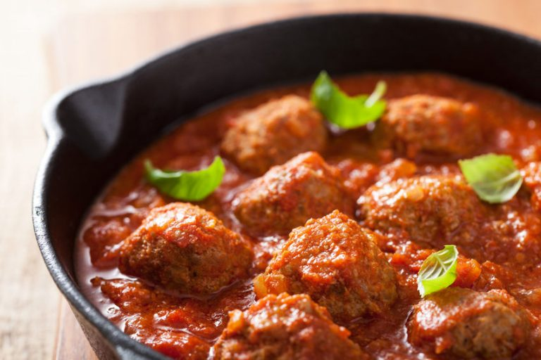 25076614 – meatballs with tomato sauce in black pan